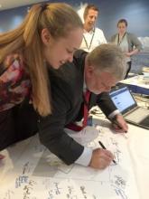 Le président de la Commission, Vasily Titushkin, signe la carte commémorative de l'AMP de la mer de Ross
