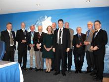Delegados recibiendo el reconocimiento por su dilatado servicio a la CCRVMA junto a la Gobernadora de Tasmania, Su Excelencia la Honorable Catedrática Kate Warner AM, el Secretario Ejecutivo de la CCRVMA, Sr. Andrew Wright y el Presidente de la Comisión, Sr. Dmitry Gonchar (Federación de Rusia).