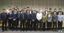 El Director de Ciencia de la CCRVMA, Dr. Keith Reid, y el Coordinador del Programa de Observación Científica, Sr. Isaac Forster, con los participantes en las Jornadas informativas para representantes de la industria y observadores científicos de Corea del ámbito de la CCRVMA