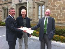 El Sr. Martin Exel (COLTO) entrega los premios a los Sres. Olav Rune Godø (Noruega) y Jack Fenaughty (Nueva Zelandia)